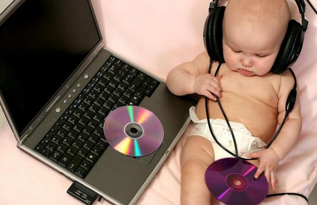 funny-cute-baby-with-laptop-an-4853-650x420