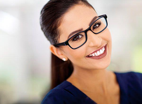 Ας δούμε και κάποια πολύ ωραία γυαλιά μυωπίας για να πάρετε ιδέες και να  επιλέξετε το κατάλληλο για εσάς.. Blu Vieira with red glasses cfc676b79ae