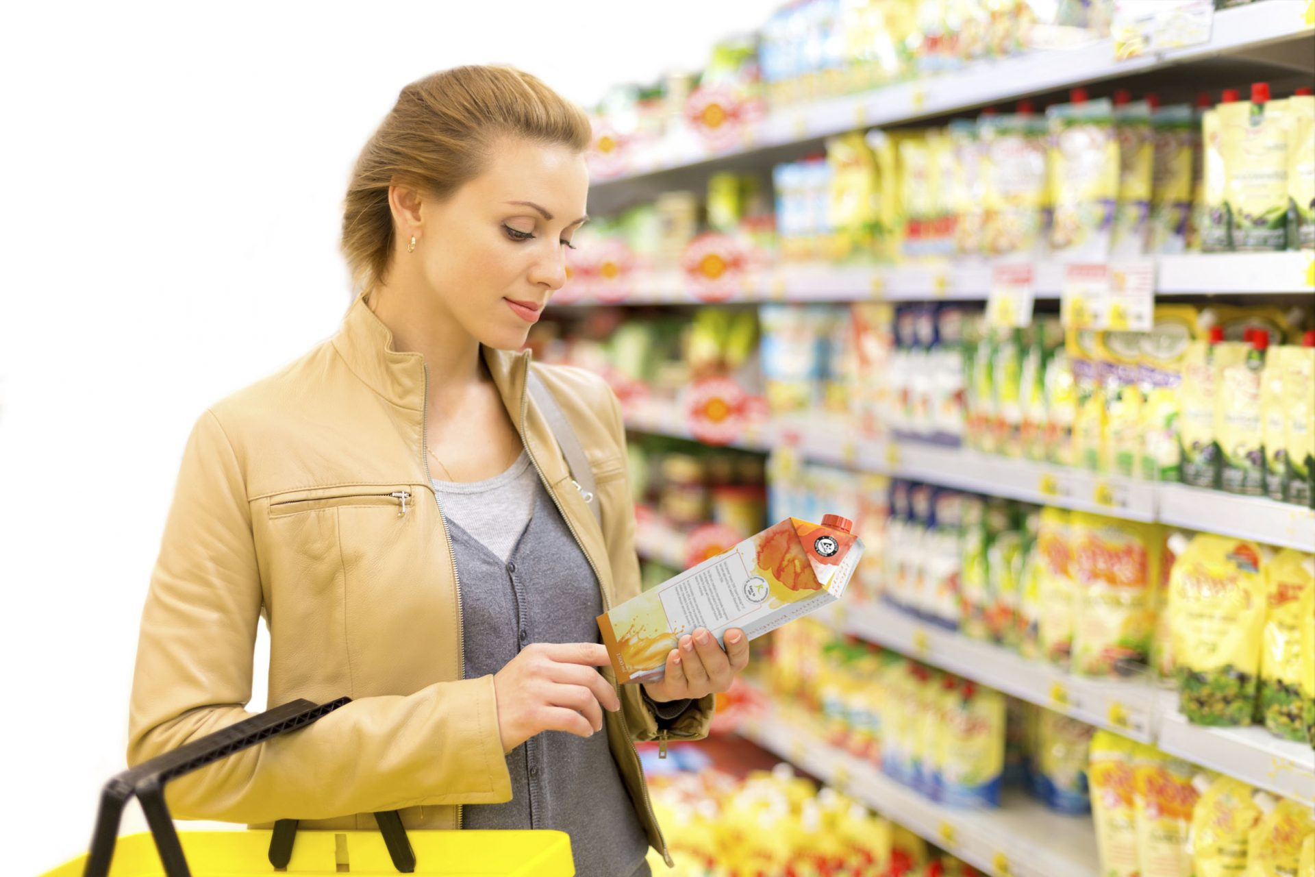 Woman in supermarket with Tetra Gemina® Aseptic carton