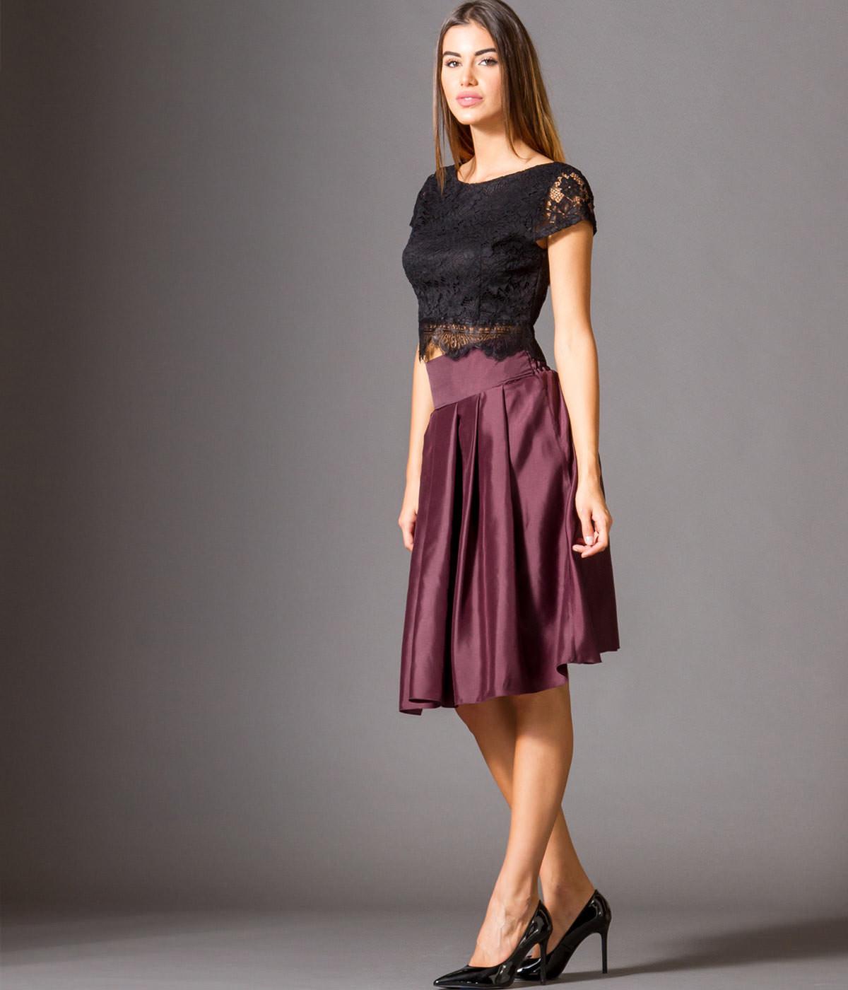 003e89bdce45 Μία midi φούστα σε έντονο χρώμα που θα ταιριάξετε με μια εφαρμοστή μπλούζα  ή πουκάμισο