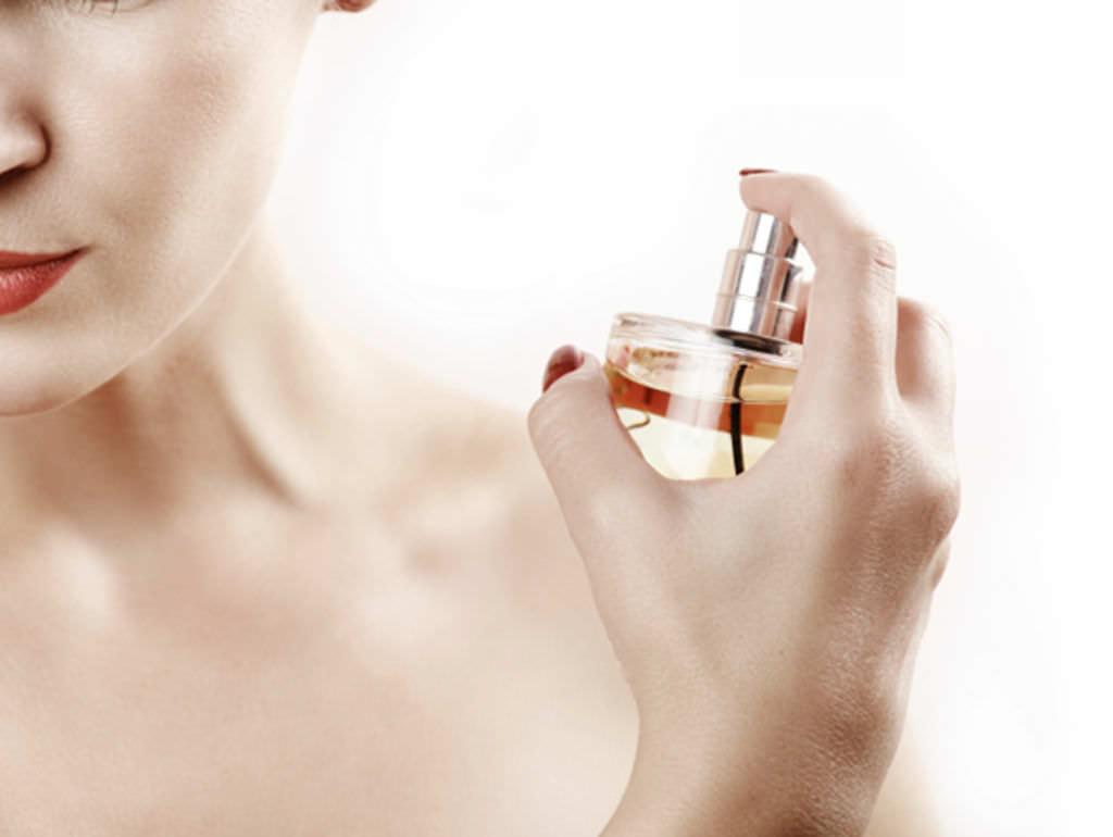 Faire-durer-son-parfum-toute-la-journee-7-astuces_width1024