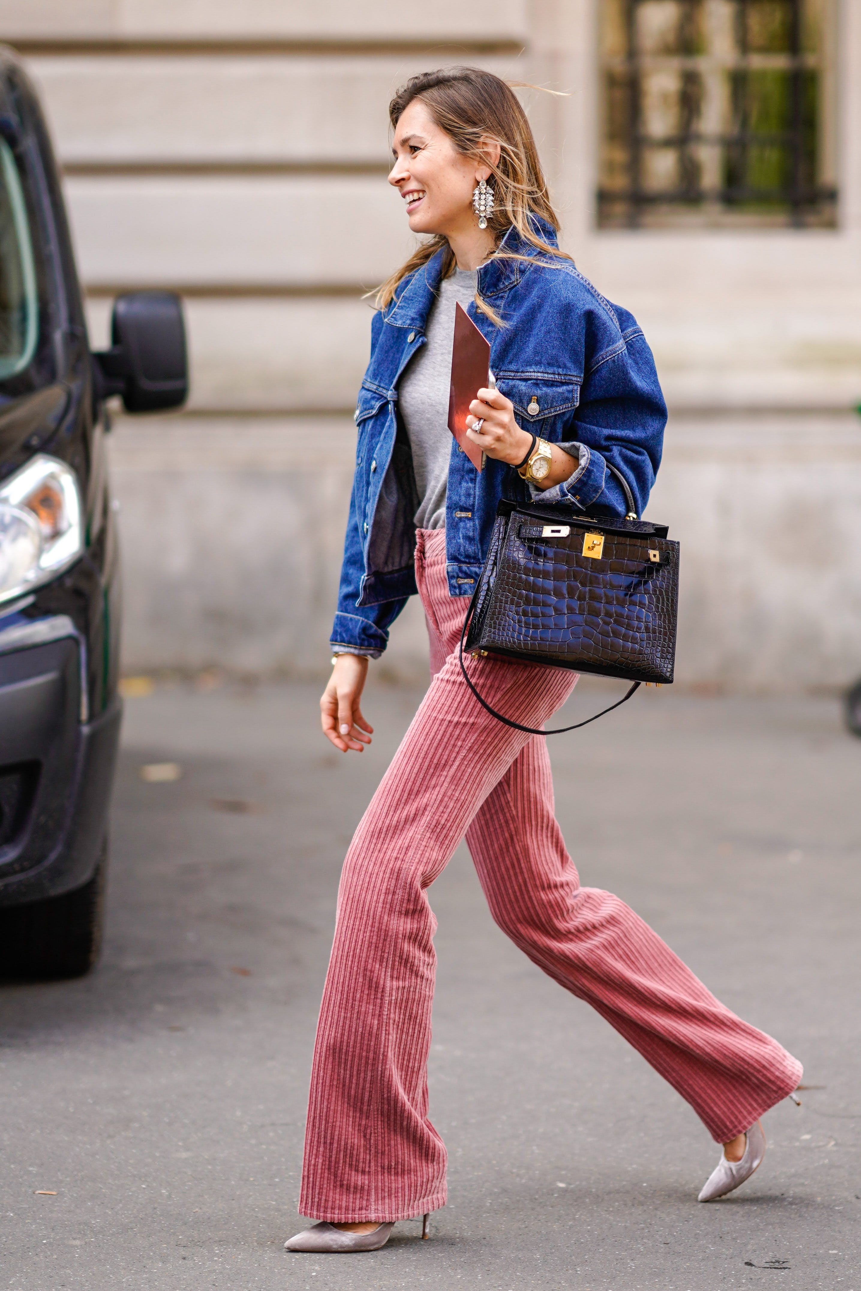 woman-wearing-pink-pants-with-crocodile-bag