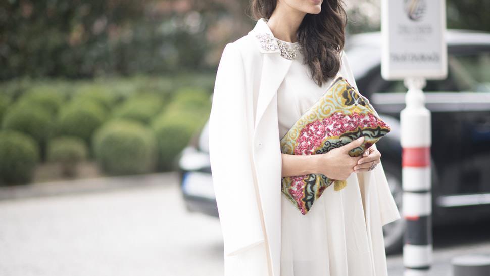 50ec2112655 Υπάρχει ένας άγραφος νόμος που λέει ότι σε έναν γάμο δεν φοράμε λευκά.  Λευκά φοράει η νύφη συνήθως και πρέπει να ξεχωρίζεις. Άλλωστε υπάρχουν κι  άλλα ...