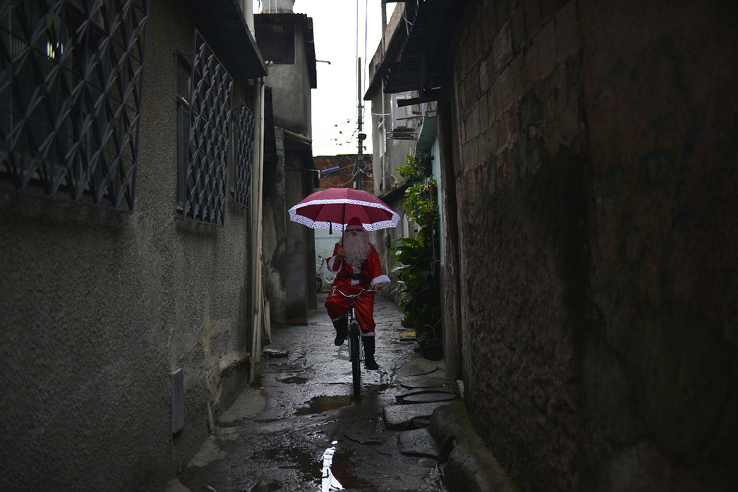 Leandro Souza, 28, who lives in the favela da Mare complex, one of the most violents in Rio de Janeiro, dresses as Santa Claus to distribute gifts to the children of the community in Rio de Janeiro, Brazil on December 17, 2016. / AFP / FABIO TEIXEIRA (Photo credit should read FABIO TEIXEIRA/AFP/Getty Images)