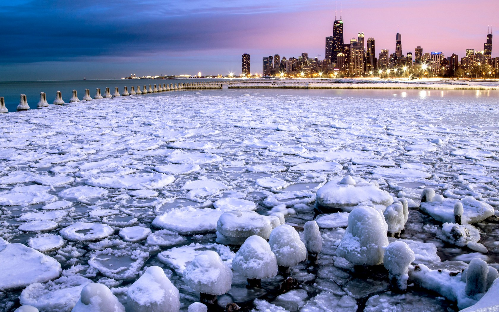13-chicago-usa-snow-blowing-off-lake-michigan-or-frozen-lake-with-skyscrapers-ea6f78-1680x1050