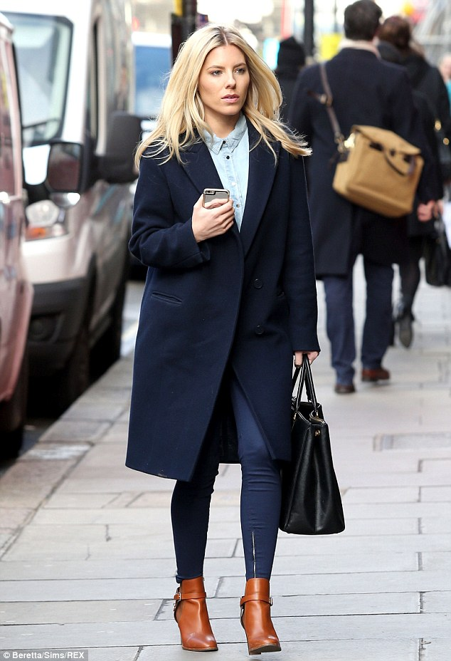 26176b0e00000578-2969220-stylish_arrival_mollie_king_was_seen_making_a_chic_recovery_from-a-18_1424897731583