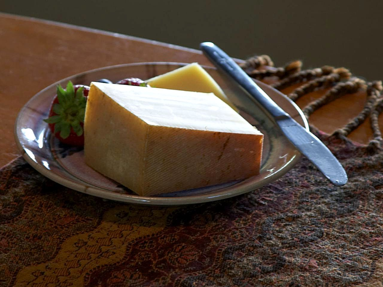 cheese_and_strawberry_on_palte_still_life_photo-1