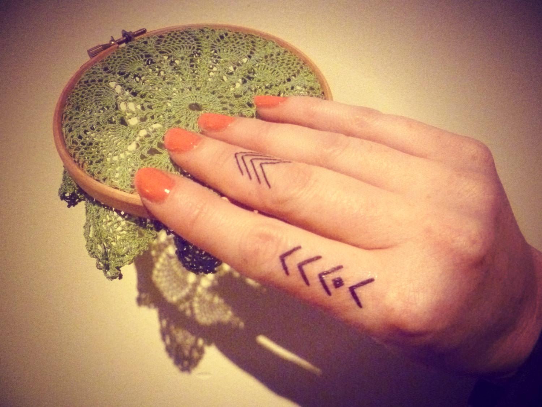 Finger-tattoo1